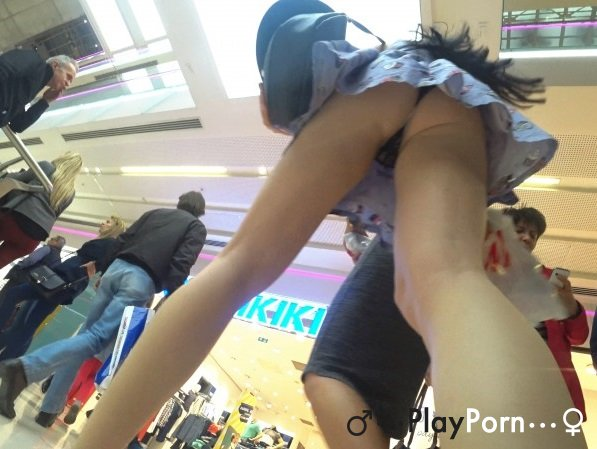 Upskirt In Shopping Mall - Amateur